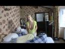 Downblouse: девушка с большими сиськами заправляет постель