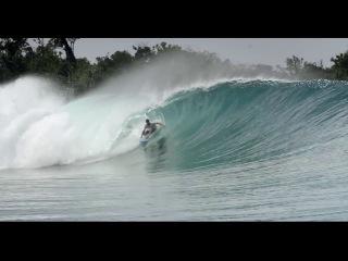 Йен Волш, райдер Red Bull, очень стильно катается по гигантским волнам.